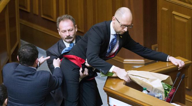 Le 11 XII 2015,  Arseni Iatseniouk est arraché de la tribune de la Rada Suprême par un député du Bloc Poroshenko... dont il est l'allié.png