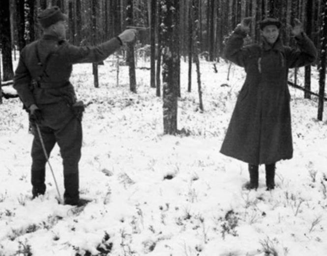 Un espion soviétique rit pendant qu'un soldat finlandais l'exécute en 1939.png