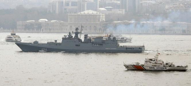 La frégate Amiral Grigorovich dans le Bosphore le 7 avril.png