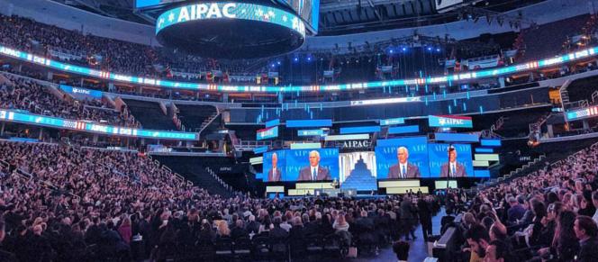 Le VP Pence parle devant l'AIPAC à la fin de mars 2017.png