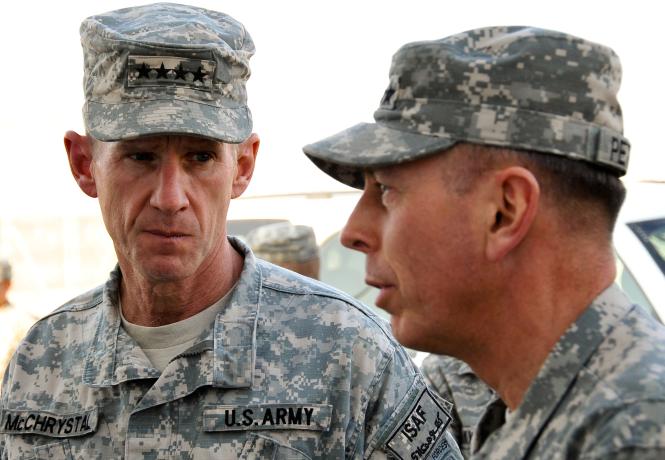 Les généraux McChrysthal et Petraeus.png
