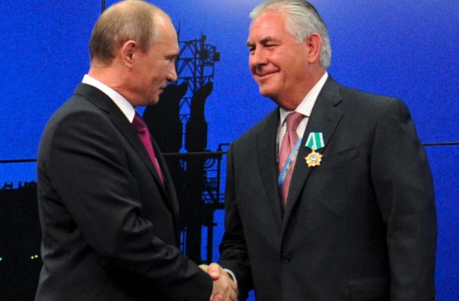 M. Poutine décore en 2012 M. Tillerson de l'Ordre de l'Amitié.png