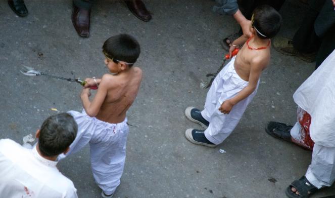 Jeunes flagellants lors de l'achoura à Lahore.png