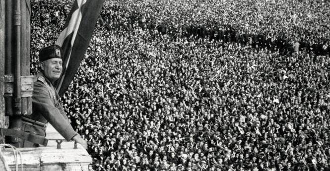 La proclamation de l'empire le 9 mai 1936 au balcon de la place de Venise.png