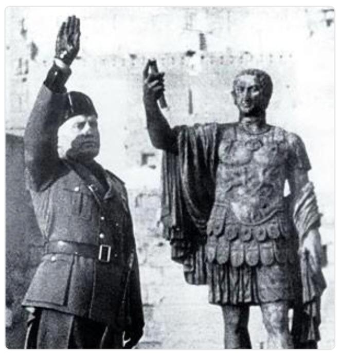 Mussolini assistant à un défilé en janvier 1940 devant Nerva.png