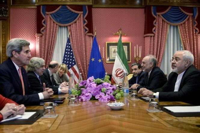 Les négociations sur le nucléaire iranien à Lausanne vers la fin de mars 2015 MM. John Kerry et Mohammed Javad Zarif.jpeg
