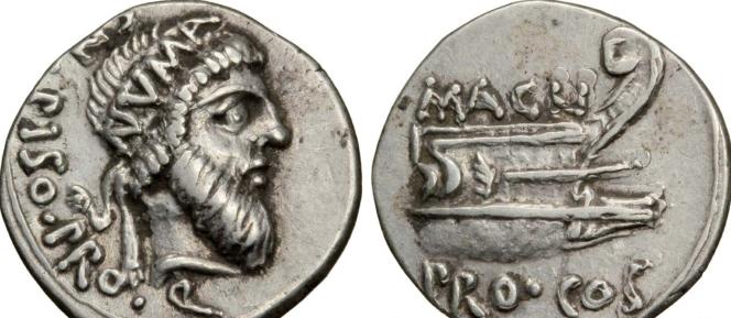 denier d'argent frappé peu avant la mort de Pompée ; à l'avers le profil de Numa ; au revers proue de galère et  Magnus pro consul = Pompée.png