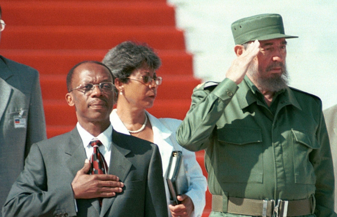 Une visite du président Jean-Bertrand Aristide à Cuba en 2001.png