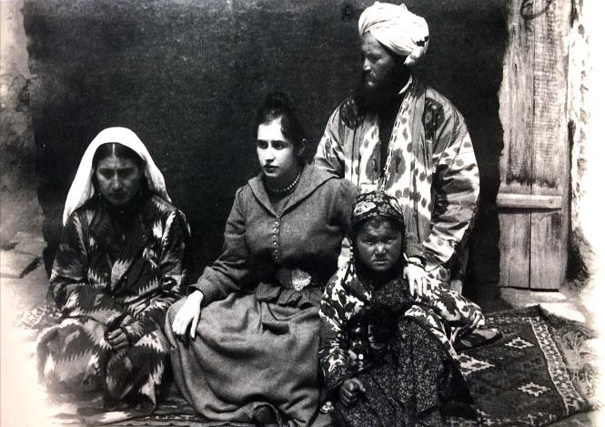 une européenne et ses domestiques à Samarcande par Henri Moser c. 1890.jpg